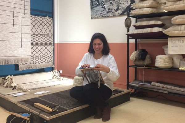 """Céline Camilleri, tisserande à Blot-l'Eglise (Puy-de-Dôme) présente ses tapis et coussins réalisés à partir de techniques ancestrales, lors de """"Riom, ville d'Art'isanat""""."""