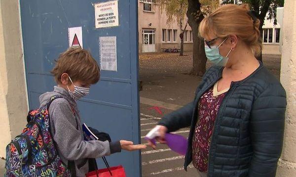 La directrice de l'école Jeanne Du Lys-Saint-Vincent a décidé de faire l'accueil chaque matin devant l'établissement pour s'assurer que tout le monde porte correctement le masque.
