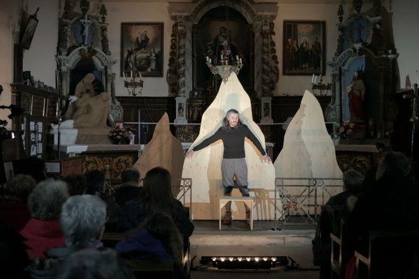Ce soir-là la représentation se tient dans une église à Château-Lambert