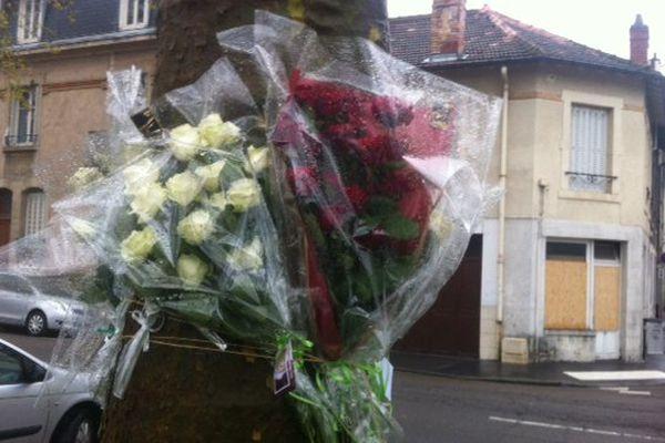 Sur le lieu du drame, des fleurs déposées par des proches de la victime.
