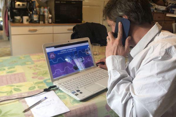 Sylvain Buthaud dispense ses conseils sur tous les outils numériques par téléphone.