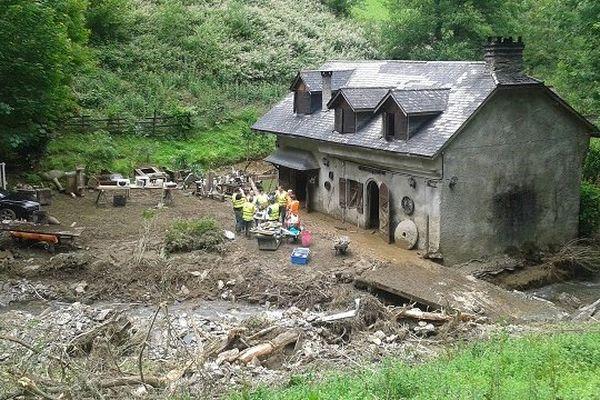 Les bénévoles s'emploient à nettoyer ce moulin inondé à Serre Lanso, dans les Hautes-Pyrénées