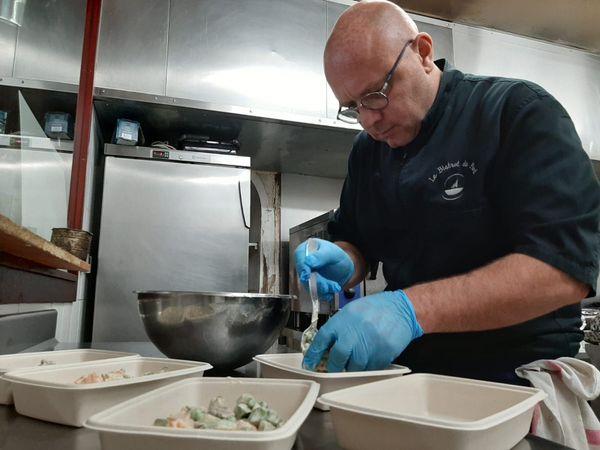 Avec ses 7 employés a chômage partiel, José Orsini prépare désormais seul les repas à emporter.