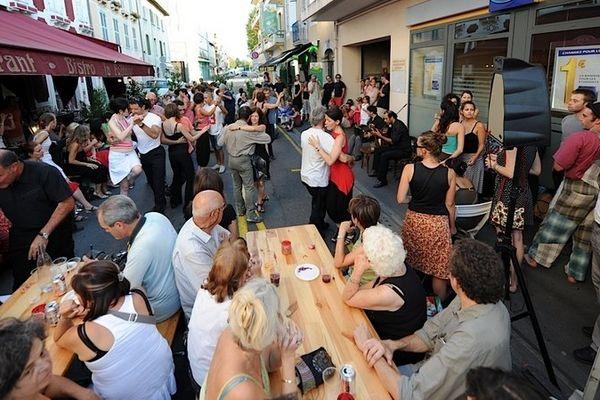 Les apéros tango au milieu de la rue sont l'occasion de rencontres et de découvertes