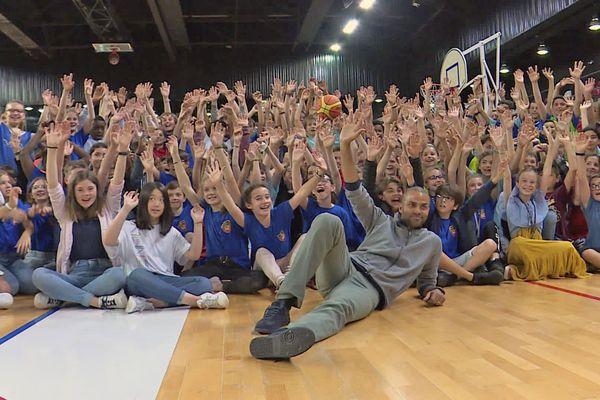 Tony Parker pose avec les élèves de J.B. de la Salle à Rouen
