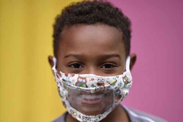 L'importance du masque transparent pour les enfants sourds et malentendants