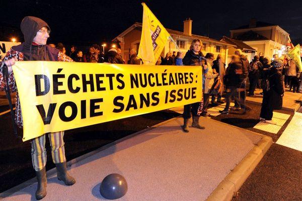 Des militants écologistes installés devant la gare de Valognes protestent contre le passage d'un convoi de déchets nucléaires allemands le 22 novembre 2011.