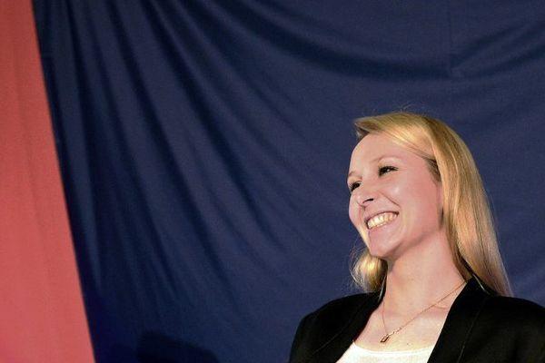 Marion Maréchal Le Pen, tête de liste FN en Paca, a le sourire après les résultats du premier tour.