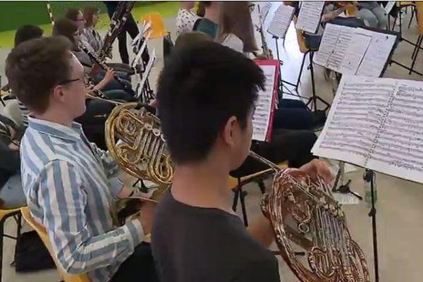 Les jeunes musiciens en plein concert