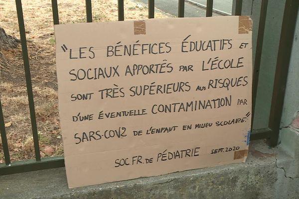 Les parents d'élèves mettent en avant les préconisations de la société française de pédiatrie pour démontrer que le choix de l'inspection académique de la Haute-Garonne de fermer 9 classes est disproportionné.