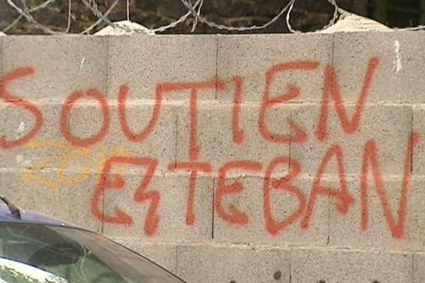 Au milieu des  dizaines de tags nazis peints à Chamalières, on retrouve aussi des messages de soutien à Esteban, le meurtrier présumé du militant d'extrême gauche Clément Méric tué la semaine dernière à Paris.