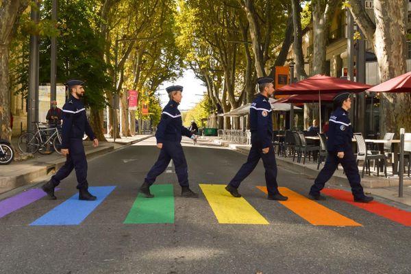 Quatre gendarmes posent sur un arc-en-ciel à Avignon