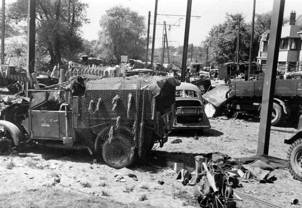 Des véhicules militaires britanniques abandonnés dans le Dunkerquois en mai / juin 1940.