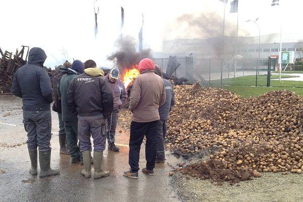 La plateforme logistique d'Intermarché bloquée par les agriculteurs