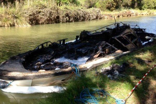 Ce bateau de location a été détruit par un incendie sur le canal du Midi à Carcassonne - 12 mai 2015