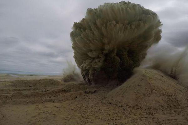 Explosion de 2 mines anti-char et d'un obus de 50 kg découverts sur la plage de Wissant