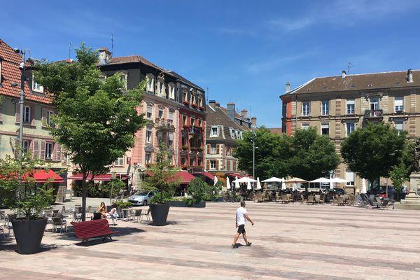 Place d'armes, les terrasses étaient bien vides ce mardi midi, jour de la réouverture des cafés et restaurants