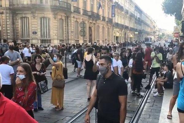 Foule devant la gare de Montpellier pendant la prétendue prise d'otage.