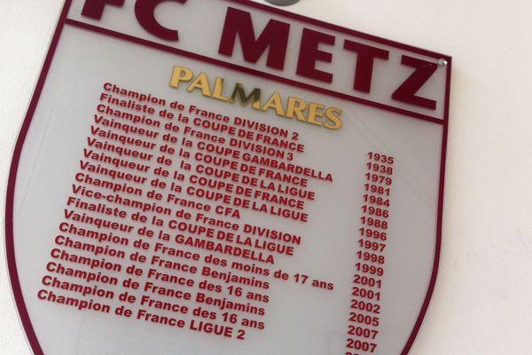 Les titres des grenats, affichés au siège du club, à l'Arc-en-Ciel
