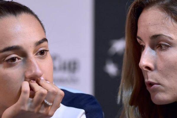 Caroline Garcia et Alizé Cornet, lors d'une conférence de presse à Strasbourg (Bas-Rhin), le 8 novembre 2016.