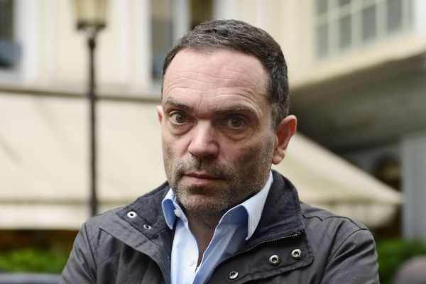 Yann Moix pose en 2013, après avoir obtenu le prix Renaudot.