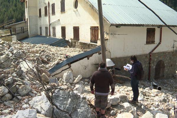 4 mai 2021, Saint-Martin-Vésubie (Alpes-Maritimes) : l'arrière de l'hôtel dévasté par des mètres cube de pierres, rien n'a été déblayé.