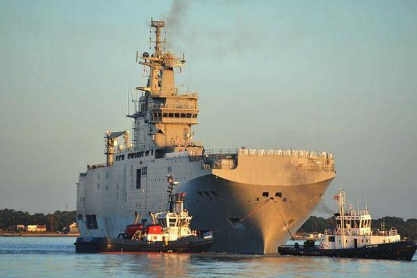 Le navire de guerre Vladivostok, un BPC de la classe Mistral, à Saint-Nazaire le 5 mars 2014 lors de ses premiers essais en mer