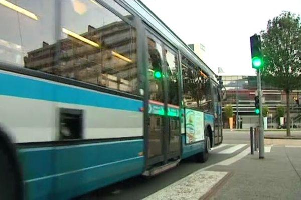 Un bus de la SMTC (Syndicat Mixte des Transports en Commun de l'agglomération grenobloise)
