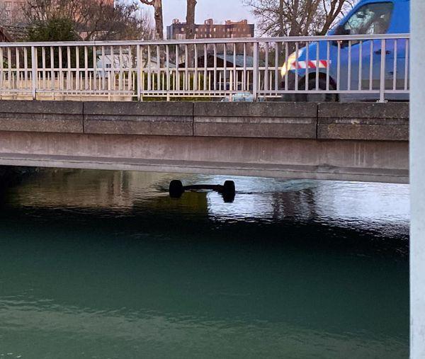 Sous le pont, on apercevait ce mardi matin l'essieu de la voiture.
