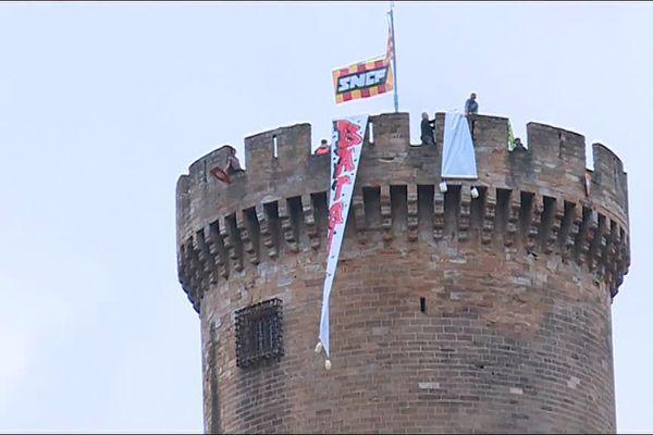 Des banderoles sur la plus haute tour