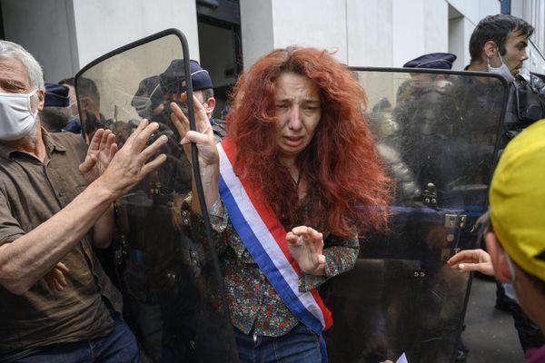 Lors de l'évacuation, jeudi 27 mai, par les forces de l'ordre de Pôle emploi à Paris, occupé par des membres de la Confédération paysanne, la députée LFI de l'Ariège, Bénédicte Taurine est poussée violemment au sol par un policier.