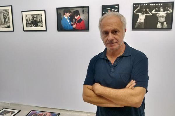 """Le photographe Pierre René-Worms termine l'installation de son exposition """"Patrouille de Nuit"""" au Confort Moderne de Poitiers, mercredi 15 septembre 2021."""