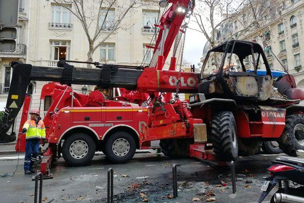 Un engin de chantier carbonisé enlevé de l'avenue Kleber, dans le 16e arrondissement de Paris.