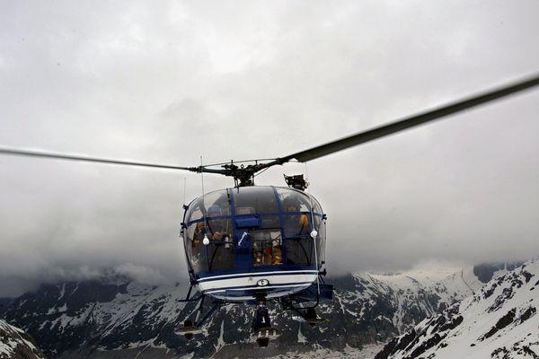 """L'équipage de l'Alouette III du PGHM de Chamonix effectue un vol de reconnaissance, le 4 mai 2004 dans le massif du Mont-Blanc. Le monde du secours en montagne de Chamonix s'apprête à se séparer de sa """"grande dame"""", l'hélicoptère de légende """"Bravo Lima"""", dont le bourdonnement à résonné dans la vallée pendant 32 ans."""