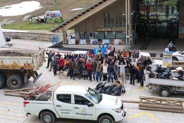 Les 60 bénévoles de Mongenèvre se sont démené toute la matinée de lundi pour nettoyer la montagne.