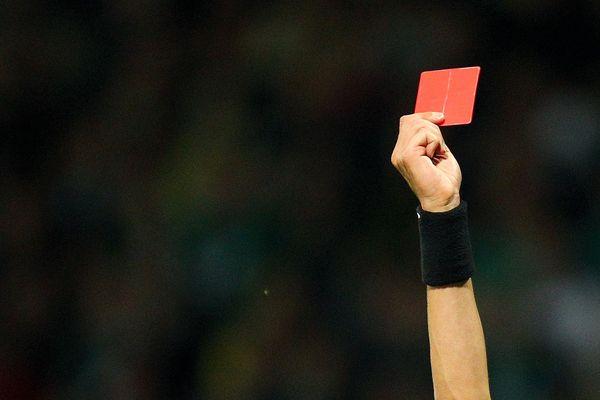 L'arbitre avait sorti sept fois le carton rouge.