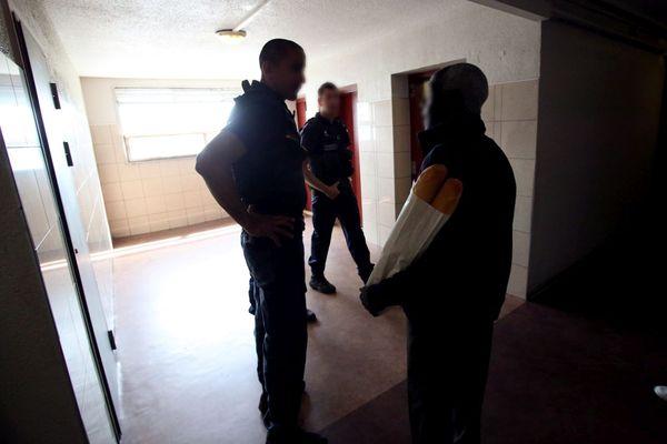 Des policiers de la Brigade Spécialisée de Terrain dans un immeuble de la cité de Frais Vallon. Illustration.