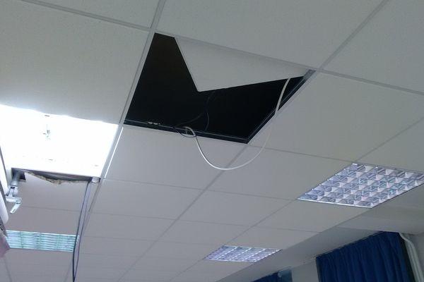 En arrachant les vidéos-projecteurs, ce sont les plafonds qui devront être refaits.