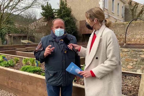 Gilles Goujeon, chef 3 étoiles au Guide Michelin, interviewé par Olivia Boisson dans l'émission 18.30 Rendez-vous en terrain connu dans son potager de Fontjoncouse (Aude).