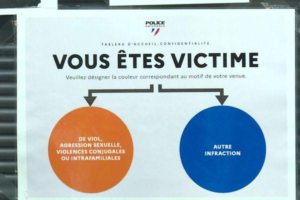 Pancarte de code couleur à l'accueil du commissariat du 10ème arrondissement de Marseille. L'objectif c'est de porter plainte discrètement contre toutes formes de violences.
