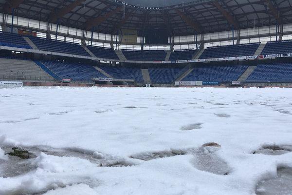 La pelouse du stade Bonal sous la neige