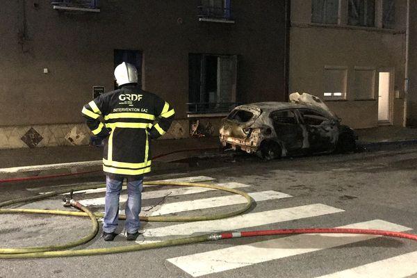 La fuite de gaz a été déclenchée par l'incendie de cette voiture stationnée devant le 80 rue Leroux.