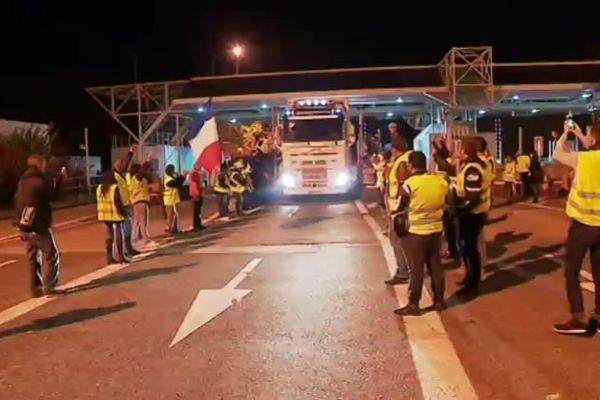 """Les gilets jaunes laissaient passer gratuitement voitures et camions au péage de l'A64. Leur slogan : """"aujourd'hui c'est gratuit, c'est Macron qui paye !"""""""