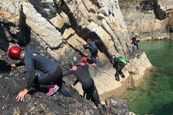 Coasteering : escalade sur les falaises avant le grand saut