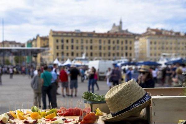 Dégustation de tomates anciennes sur le Vieux-Port à Marseille en juillet