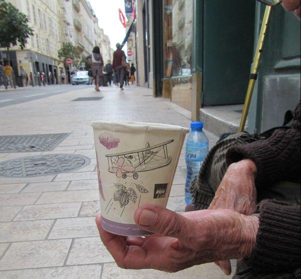 Une vielle dame dans la rue la plus commerçante de Marseille, rue saint-Ferreol