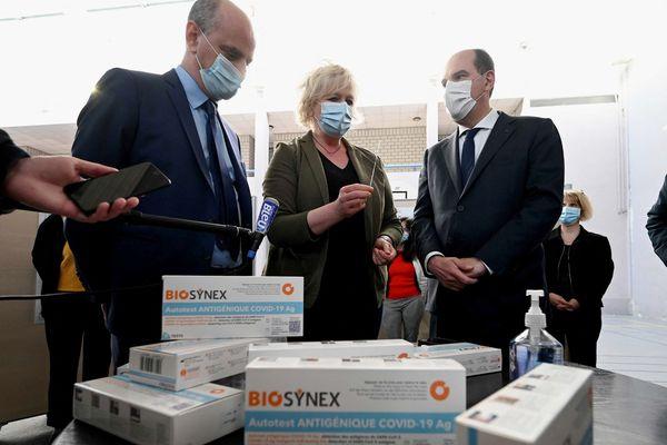 Le ministre de l'Education Jean-Michel Blanquer et le Premier ministre Jean Castex ont constaté l'avancement de la campagne des auto-tests à destination des élèves, lundi 3 mai lors d'un déplacement dans un lycée de Laxou, près de Nancy.