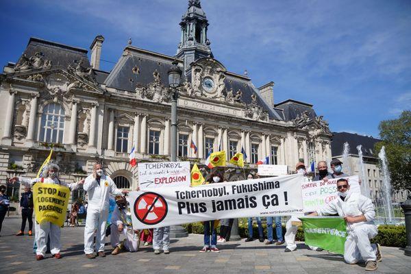 Une dizaine de bénévoles de Sortir du nucléaire-Touraine et de Greenpeace Tours se sont rassemblés ce lundi 26 avril sur la place Jean Jaurès (Tours) pour commémorer l'accident de la centrale nucléaire de Tchernobyl survenue en 1986.