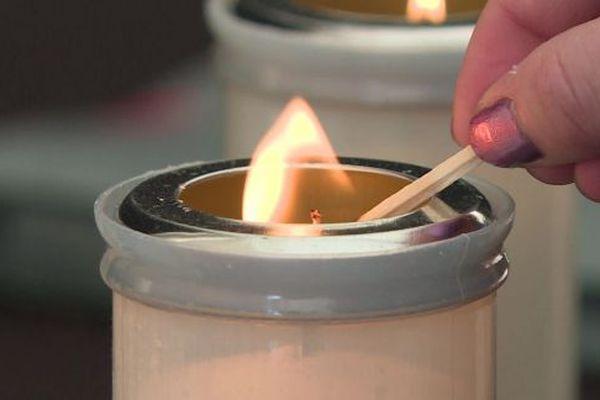 Une fois les bougies allumées, la lecture ininterrompue des noms des victimes de la Shoah débute.
