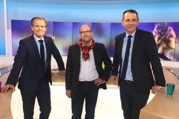 Hervé GUIHARD (DVG) (au centre sur la photo) est face à Richard ROUXEL (MODEM) (à droite) lors du débat du 2e tour des élections municipales de Saint-Brieuc ce 25 juin présenté par Robin Durand (à gauche).